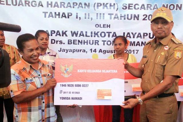 Jayapura, Dharapos.com - Perhatian pemerintah pusat melalui kementerian sosial republik Indonesia di bawah kepemimpinan presiden RI, Ir.Joko Widodo menunjukkan komitmennya kepada masyarakat kota Jayapura, Provinsi Papua.   Terkait itu, Wali Kota Jayapura DR. Benhur Tomi Mano, MM menyerahkan bantuan Program Keluarga Harapan (PKH) non tunai tahap I, II dan III kepada 5.855 Keluarga Penerima Manfaat (KPM) yang tersebar di 5 Distrik di Kota Jayapura, dan diberikan secara simbolis di Kelurahan Imbi, distrik Jayapura Utara, Senin (14/8).
