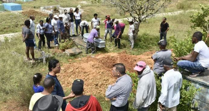 DESENTIERRAN CADÁVER DE HOMBRE MATO A TIROS A TRES MIEMBROS DE SU FAMILIA Y LUEGO SE SUICIDO  EN SABANA GRANDE DE BOYA. -DESCONOCIDOS LES CORTA CABEZA Y SE LA LLEVAN A LUGAR NO DETERMINADO POR LAS AUTORIDADES.