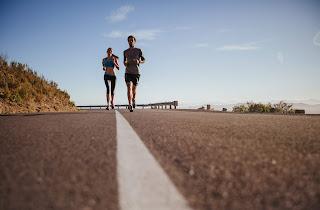 Zwei junge Menschen joggen auf der Straße