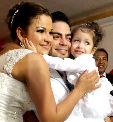Foto de Moisés Vega con su esposa e hija
