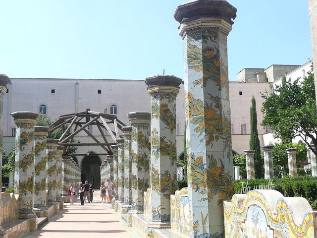 Claustro de mayólica en el Monasterio de Santa Chiara de Nápoles