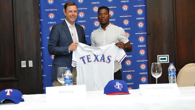 El pelotero cubano Julio Pablo Martínez llegó el jueves a un acuerdo de ligas menores con los Rangers de Texas, que incluye un bono por 2,8 millones de dólares.