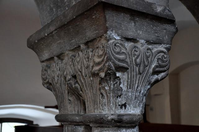 Romański kościół w Kościelcu Proszowickim - detal kolumn empory