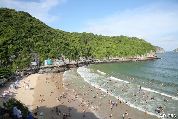 rất đông khách du lịch đến với biển Đồ Sơn
