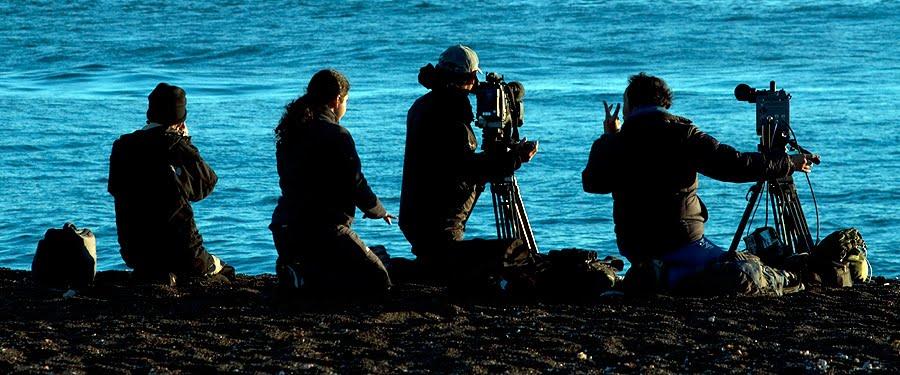 documentalistas en el canal de ataque esperando las orcas