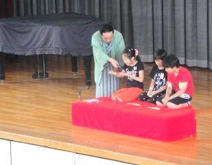 三遊亭楽春の学校での講演会(落語鑑賞会)の落語体験コーナーの風景です。