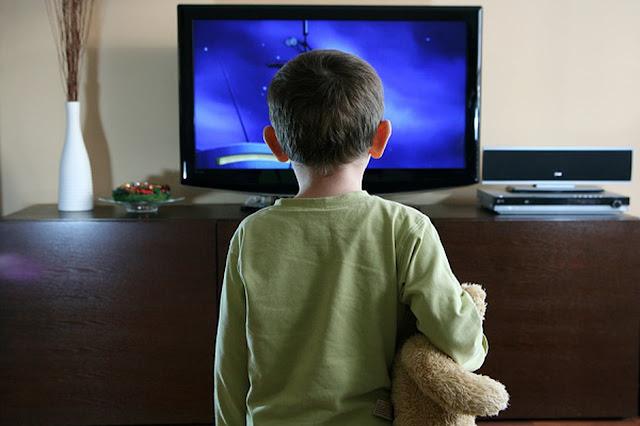 الآثار السلبية لمشاهدة التلفزيون على مختلف شرائح المجتمع