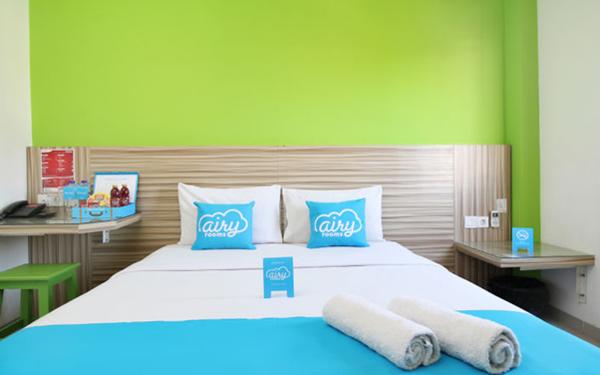 Airy Rooms menyediakan berbagai pilihan kamar berfasilitas AC, toilet pribadi, dan sejumlah perabot modern.