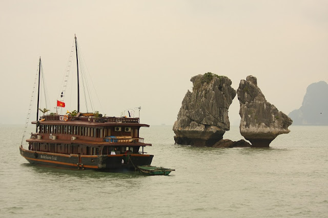 Why the Trong Mai island is the symbol of Ha Long bay? 1