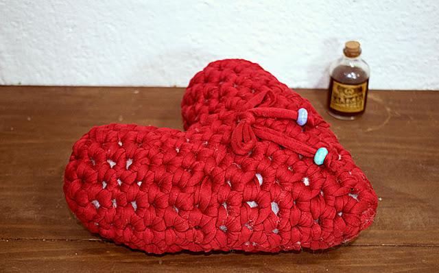corazón tejido a crochet, de trapillo