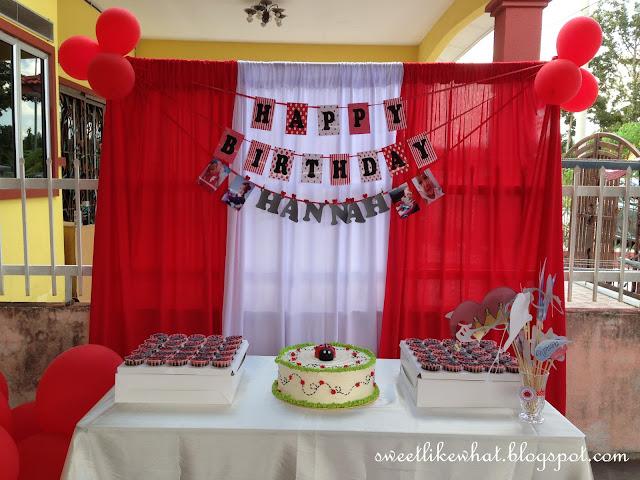 Pagi Lagi Aku Dah Setting Background Tu Kek Ngn Cupcakes Dekat Pukul 3 Baru Letak Atas Meja Perkataan Hy Birthday Hannah Props Gambar