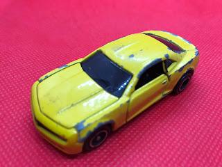 シボレー カマロ のおんぼろミニカーを斜め前から撮影