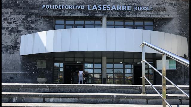 Entrada del polideportivo municipal de Lasesarre