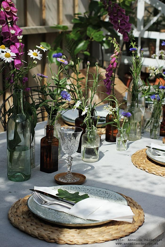 midsommar. midsommardukning, dukning, bordsdukning, pocket servettvikning, vika servetter, inspiration, bestick, underlägg, glas, tallrikar, blommor, table setting,