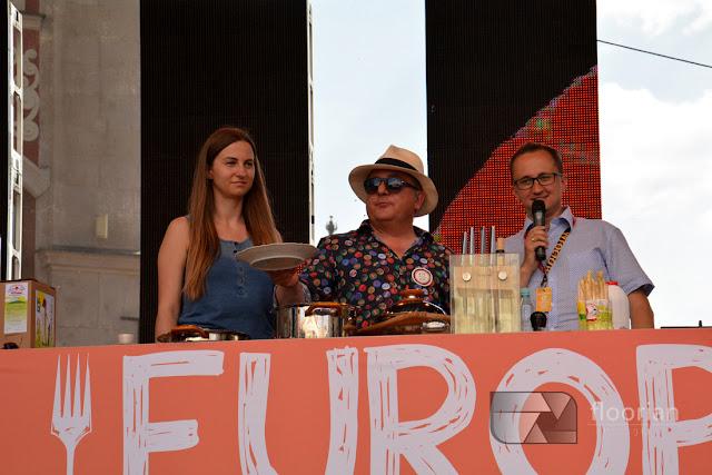 Relacja z Europy na widelcu we Wrocławiu. Festiwal kilinarny na wrocławkim rynku. Robert Makłowicz gotuje na rynku we Wrocławiu