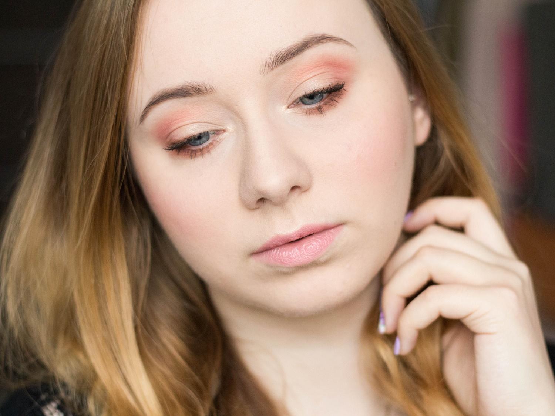 najlepsze-kosmetyki-w-kolorze-rozowym-roze-do-policzkow-pomadki-szminki-cienie-brzoskwiniowe-slodkie-swieze-perfumy