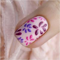 proste kwiatki na paznokciach