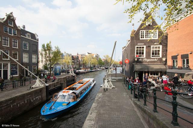 Canale e ponte mobile ad Amsterdam