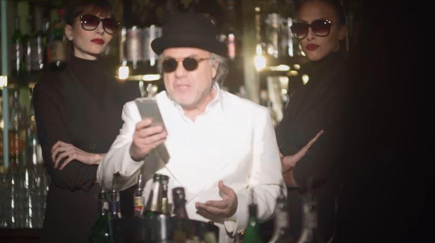 Modello e modella TheFork pubblicità con Jerry Calà e un gruppo di amici con Foto - Testimonial Spot Pubblicitario TheFork 2017
