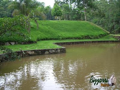 Construção de lago com pedra moledo e os caminhos de pedra São Tomé com execução do paisagismo e o talude com grama amendoim em sítio em Nazaré Paulista-SP.