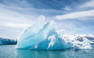 Giant floating iceberg in Jökulsárlón glacier lagoon