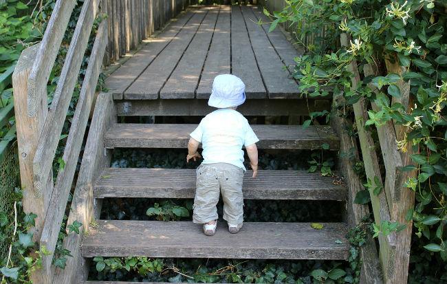 Bambino che sale le scale