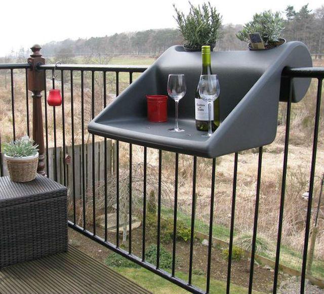 Mesa de plástico colgada en el balcón