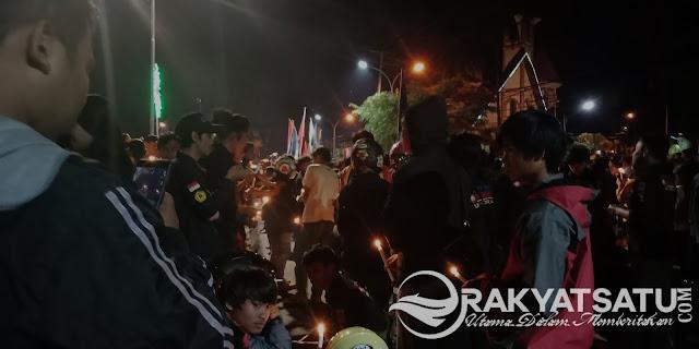 Satukan NKRI, Ribuan Lilin Menyala di Kolam Makale