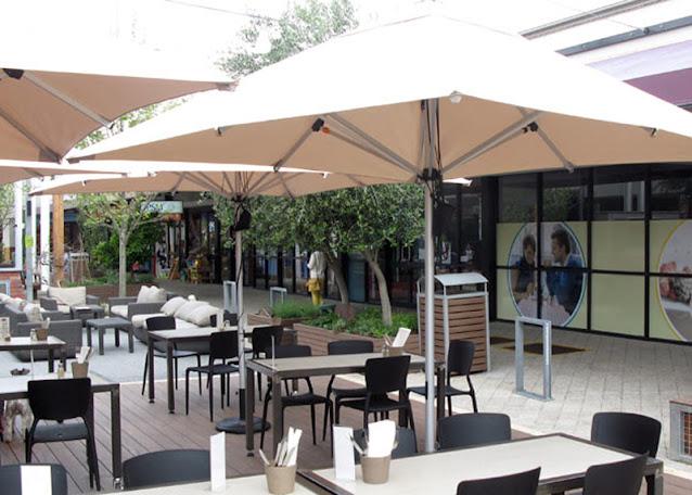payung meja pengunjung kafe