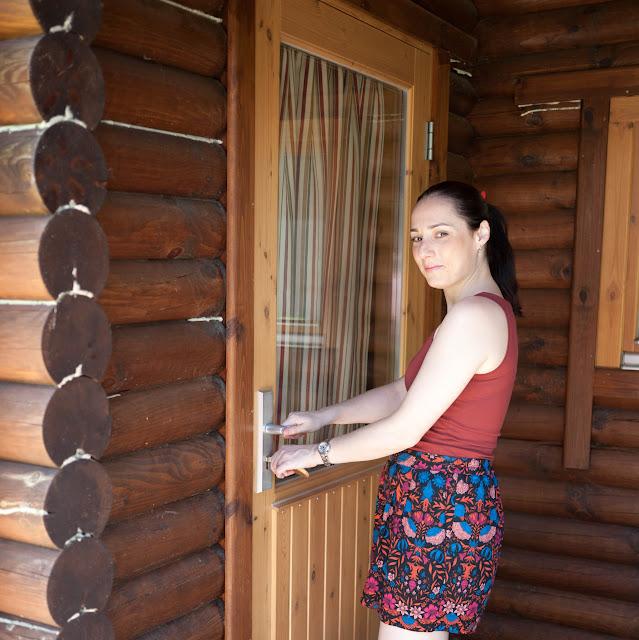Entrando en nuestra cabaña nórdica en Cuenca