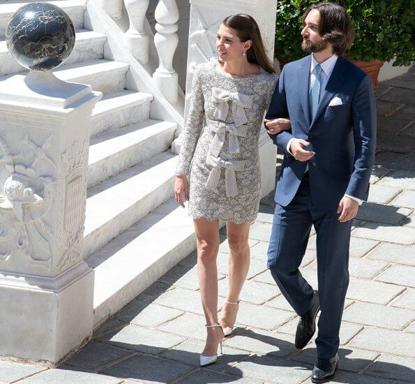 For her wedding, the bride wore a wedding suit, accessorized with three bows and designed by Yves Saint Laurent