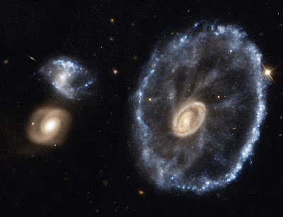 مجرة العجلة (cartwheel galaxy)
