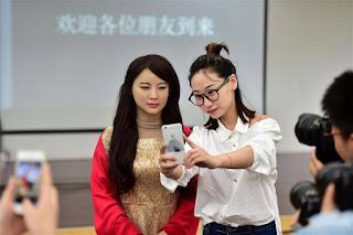 المرأة التي في الصورة روبوت