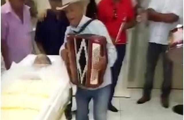 Velório em Arapiraca é realizado ao som de sanfona, triângulo, zabumba e muito forró