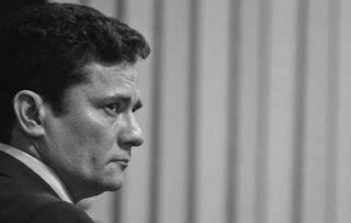 Sérgio Moro condena ex-gerentes da Petrobras e empresários.