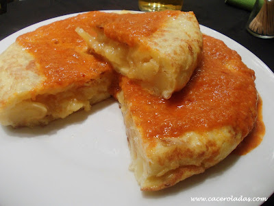 Tortilla de patatas con salsa brava casera