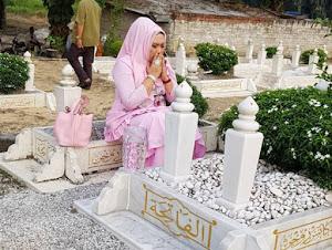 Thumbnail image for Duduk Atas Pusara, Dato' Vida Dikecam Netizen