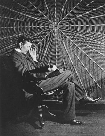Nikola Tesla frente a la espiral de la bobina de su transformador de alto voltaje