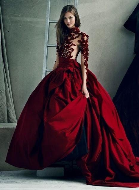Vestido de novia de color rojo - Foto: www.bodasyweddings.com
