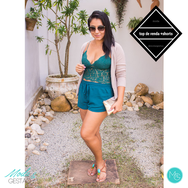 Look de praia: top de renda e shorts bomber