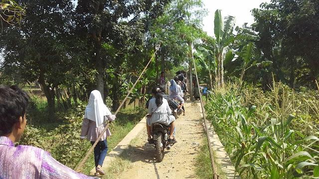Sasak gantung Desa Tanjungtiga dan Desa muara Blanakan saat lebaran soeararakjat.com
