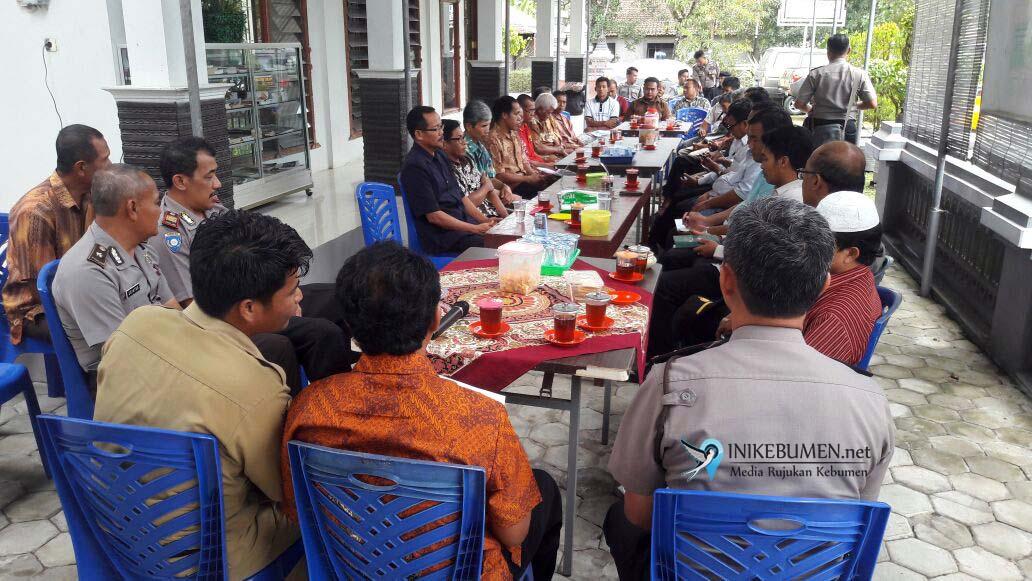 Hidup Berdampingan, Umat Muslim Jaga Umat Buddha di Kebumen