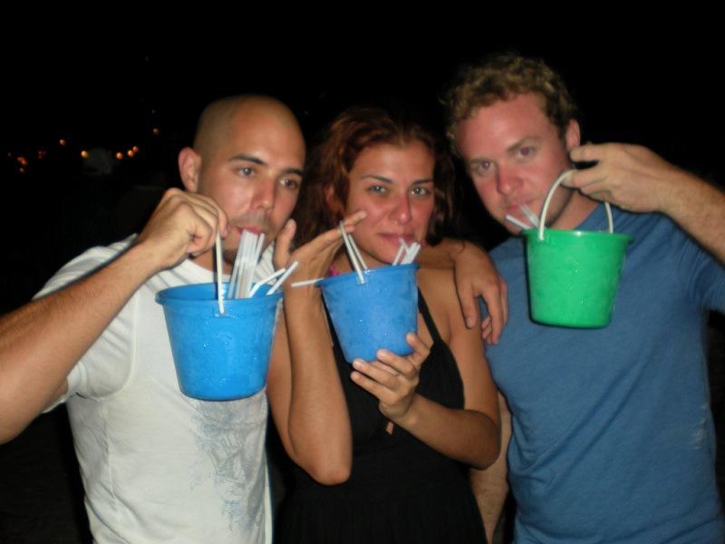 пьют алкоголь из ведер