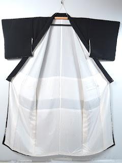 比翼仕立てにして五つ紋をつけると既婚女性の第一礼装になります
