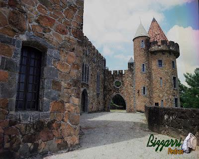 Detalhe com pedra folheta nas requadrações das janelas, pórticos e cantos na construção da torre de pedra no castelo de pedra.