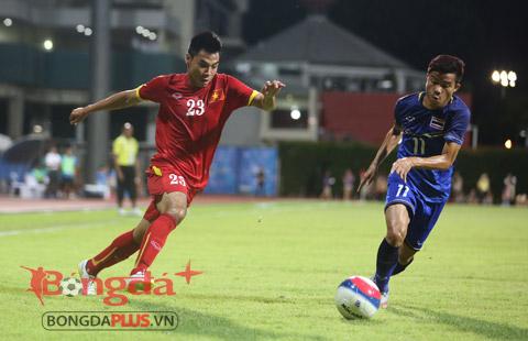 Đức Huy (bên trái) chơi ấn tượng trong màu áo đội tuyển U23 Việt Nam tại SEA Games.