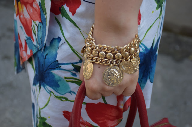bracciale con charm monete bracciale catena dorata con monete accessori estate 2016 summer bracelets bracciale majique london oceanic jewellers outfit borsa rossa come abbinare una borsa rossa red bag outfit how to wear red bag mariafelicia magno fashion blogger colorblock by felym outfit luglio 2016 outfit estivi summer outfits july outfits fashion blogger italiane fashion bloggers italy influencer italiane italian influencer