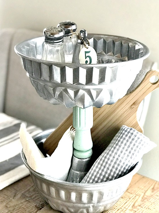 Bakeware tiered tray with napkins