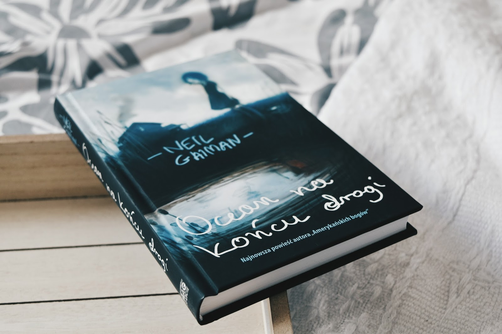Neil Gaiman, Ocean na końcu drogi, książka, otwarta książka, recenzja, warto kupić, tania książka