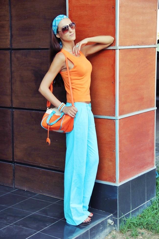 narandzasta i tirkizno plava outfit kombinacija za leto